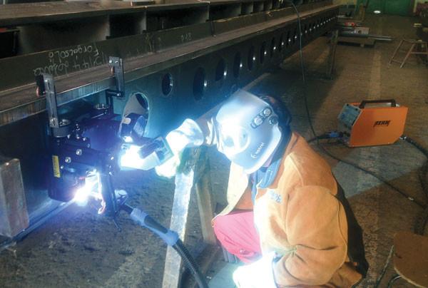 Zwangslagenschweißen von Stahlträgern mit REHM FOCUS.PULS Technologie